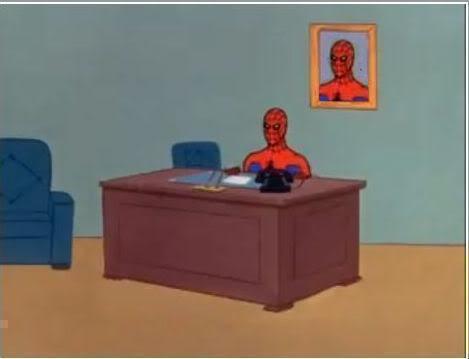 homem-aranha à secretária