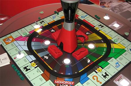 No Monopoly Live nem é preciso pensar, tem um torre que controla os pensamentos dos jogadores.