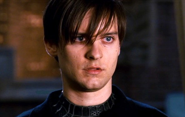 OK, na fase emo do homem-aranha (Spiderman 3), ele bem que merecia levar uns calduços.