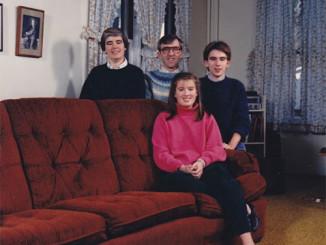 """Pai: """"A esquisitóide fica no sofá""""."""